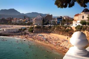 A busy beach in a sunny Alubfeira