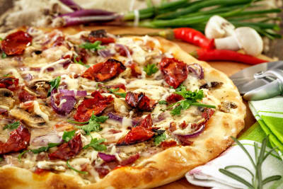 An image of a delicious looking pizza