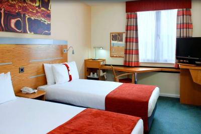 Express Holiday Inn - Cardiff Bay - twin bedroom
