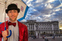 A Bull**** Tour host in front of Buckingham Palace
